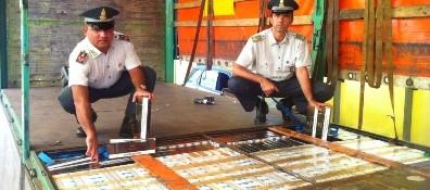 Doppiofondo nel tir vuoto: a bordo mezza tonnellata di sigarette di contrabbando